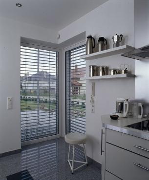 Kuchnię zamkniętą łatwiej jest urządzić, nie trzeba dostosowywać jej do stylistyki salonu.