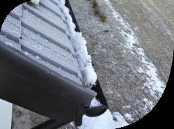 Śnieg zalegający w rynnach