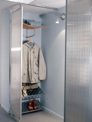Wnęka została zasłonięta rozsuwanymi ściankami z lexanu zamocowanymi na profilach do montażu płyt gipsowo-kartonowych