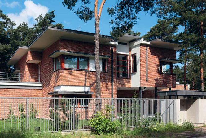 Obszerny dom z dachem płaskim