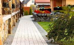 Kręte ścieżki ogrodowe - z kostki burkowej betonowej, bruku klinkierowego i kamienia