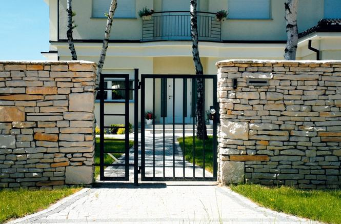Najpiękniejsze ogrodzenia: dom otoczony murem