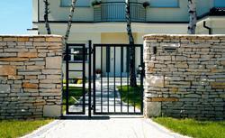 Jak dopasować ogrodzenie do stylu domu? 26 zdjęć ogrodzeń dobrze dobranych do otoczenia domu [GALERIA]