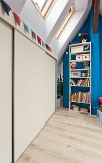 Zagospodarowanie przestrzeni w pokoju na poddaszu
