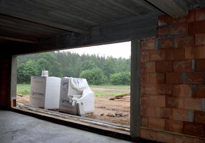 Ciepły montaż wielkogabarytowych przesuwnych drzwi tarasowych – instrukcja krok po kroku