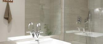 Urządzanie małej łazienki. 8 rad, jak optycznie powiększyć niewielkie wnętrze