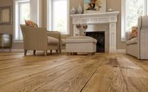 Drewniana podłoga w roli głównej. 8 pomysłów na aranżację [ZDJĘCIA]