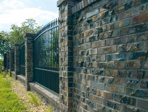 Ogrodzenie murowane z cegły postarzanej