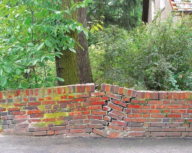 Uszkodzony mur ceglany