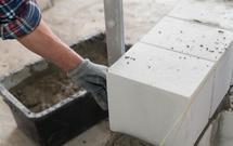Ściany murowane z bloczków silikatowych. Co wpływa na ich izolacyjność akustyczną?