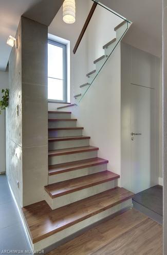 Odnowione schody w domu typu kostka