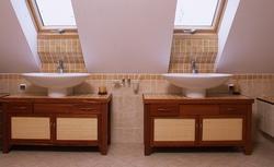 Jak urządzić dużą łazienkę na poddaszu. Zobacz propozycje na przykładach projektów Muratora