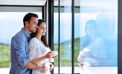 Okna z PCV. Jak wybrać stolarkę okienną na lata?