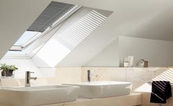 Montaż okien dachowych w łazience na poddaszu. Jak wybrać okno i gdzie umieścić?